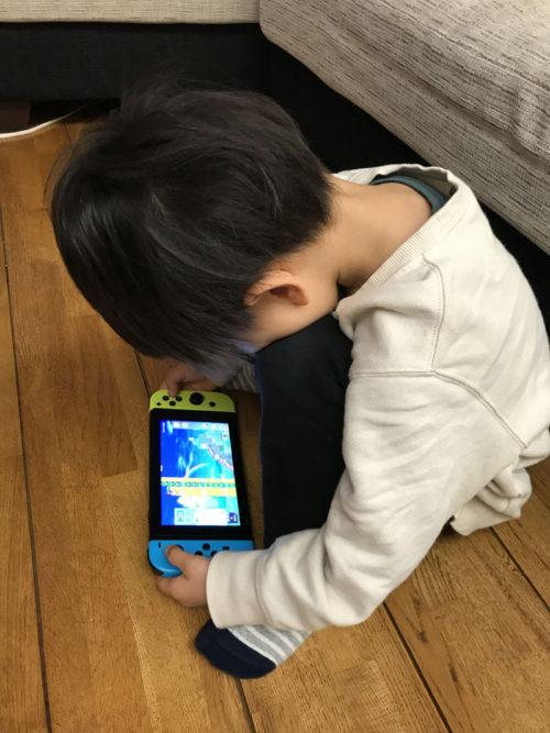 ゲームをしている息子